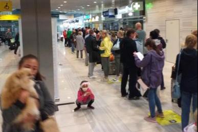 В Кольцово туристам пришлось стоять в очереди пять часов, чтобы сдать тест на коронавирус