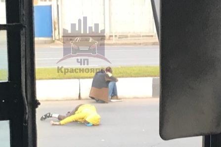 Первую минуту водитель сидел рядом со сбитой женщиной и не решался что-то предпринять