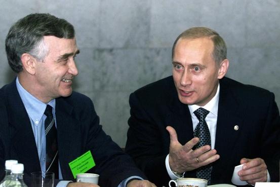 Владимир Путин посетил Новосибирск в первый год своего президентства. На этом фото рядом с ним Александр Скринский,&nbsp;директор Института ядерной физики СО РАН<br>