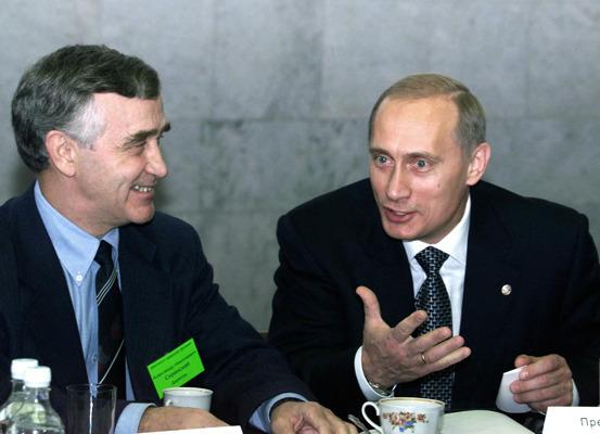 Жил у Толоконского и ел суп-лапшу. 20 лет назад в Новосибирск впервые приехал Путин — как это было
