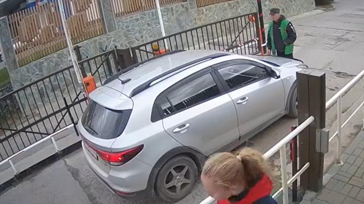 «Киа Рио» решил прорваться на территорию закрытого ЖК. Камеры сняли, как машина ради этого наезжает на охранника