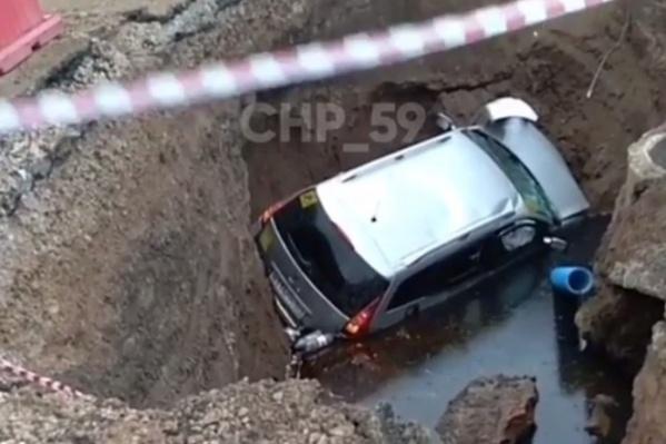 Машина угодила в траншею, а водитель получил серьезные травмы