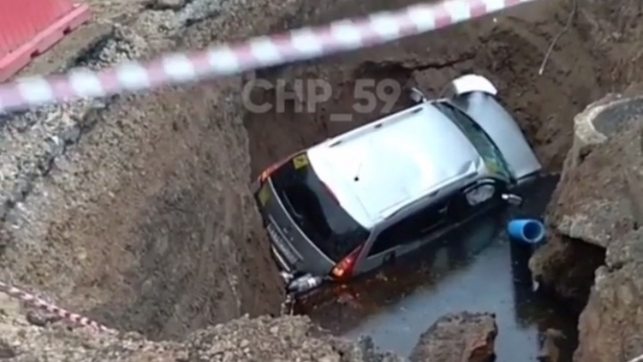В Перми во время погони автомобиль улетел в глубокую яму: пьяный водитель получил травмы