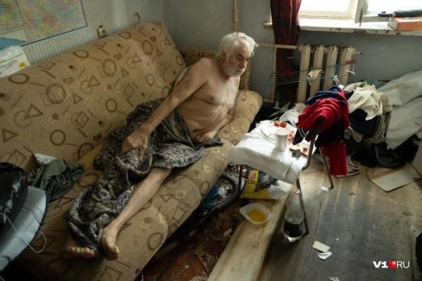 Анатолий Сазонов ютится в маленькой комнатке общежития