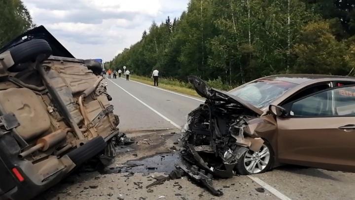Водитель погиб, два ребенка пострадали: в Ирбите лоб в лоб столкнулись Hyundai и Bogdan