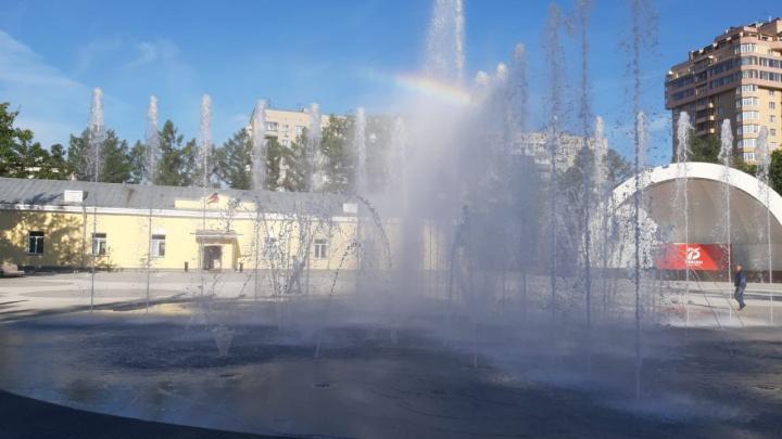 Мальчик поранился в фонтане в Центральном парке — в администрации заявили, что там нельзя бегать босиком
