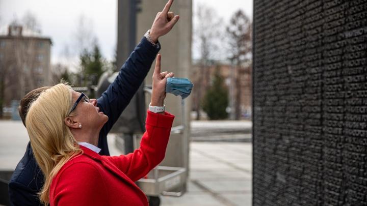 На Монументе Славы начали исправлять ошибки в именах солдат — 8 фото с места