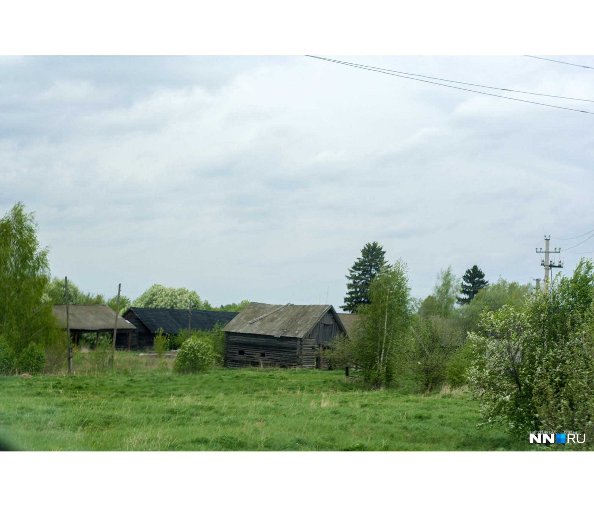 И, как и у нас, немало брошенных домов и других построек