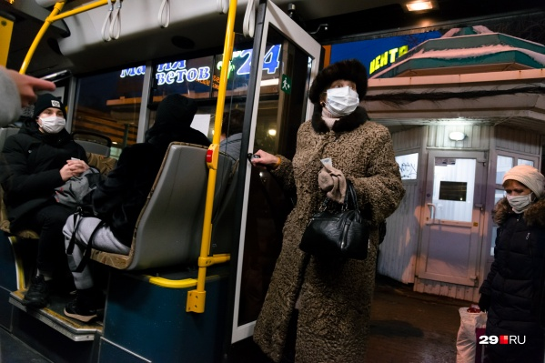 Не забываем, что в общественном транспорте по-прежнему введен обязательный масочный режим