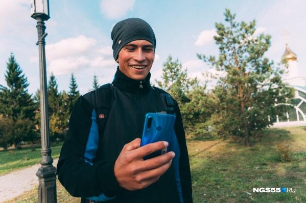 Алексей может поймать в своем родном селе интернет, только если заберется на березу