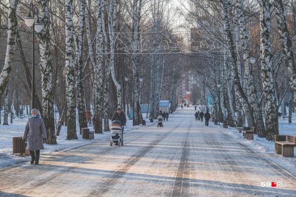 Зимнее утро: пермяки спешат на работу и выходят на прогулку с детьми