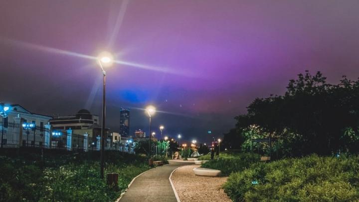 Астрономического чуда не случилось: рассказываем, почему небо над Екатеринбургом было фиолетовым
