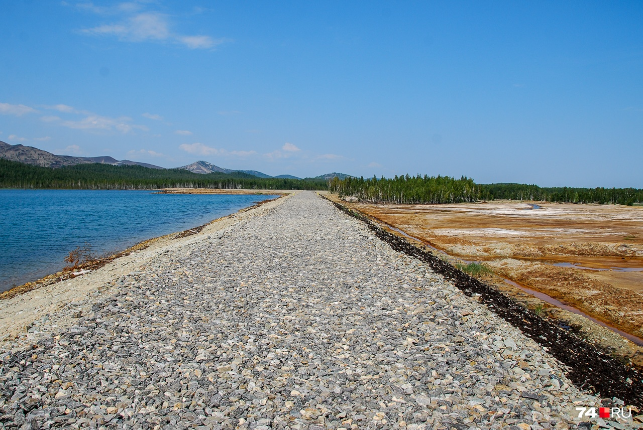 Дамба пруда. Сам водоём слева, справа — осушенная территория, по которой раньше текли многочисленные протоки Сак-Элги, попадая в Миасс и Аргази (до них отсюда — 3 км)