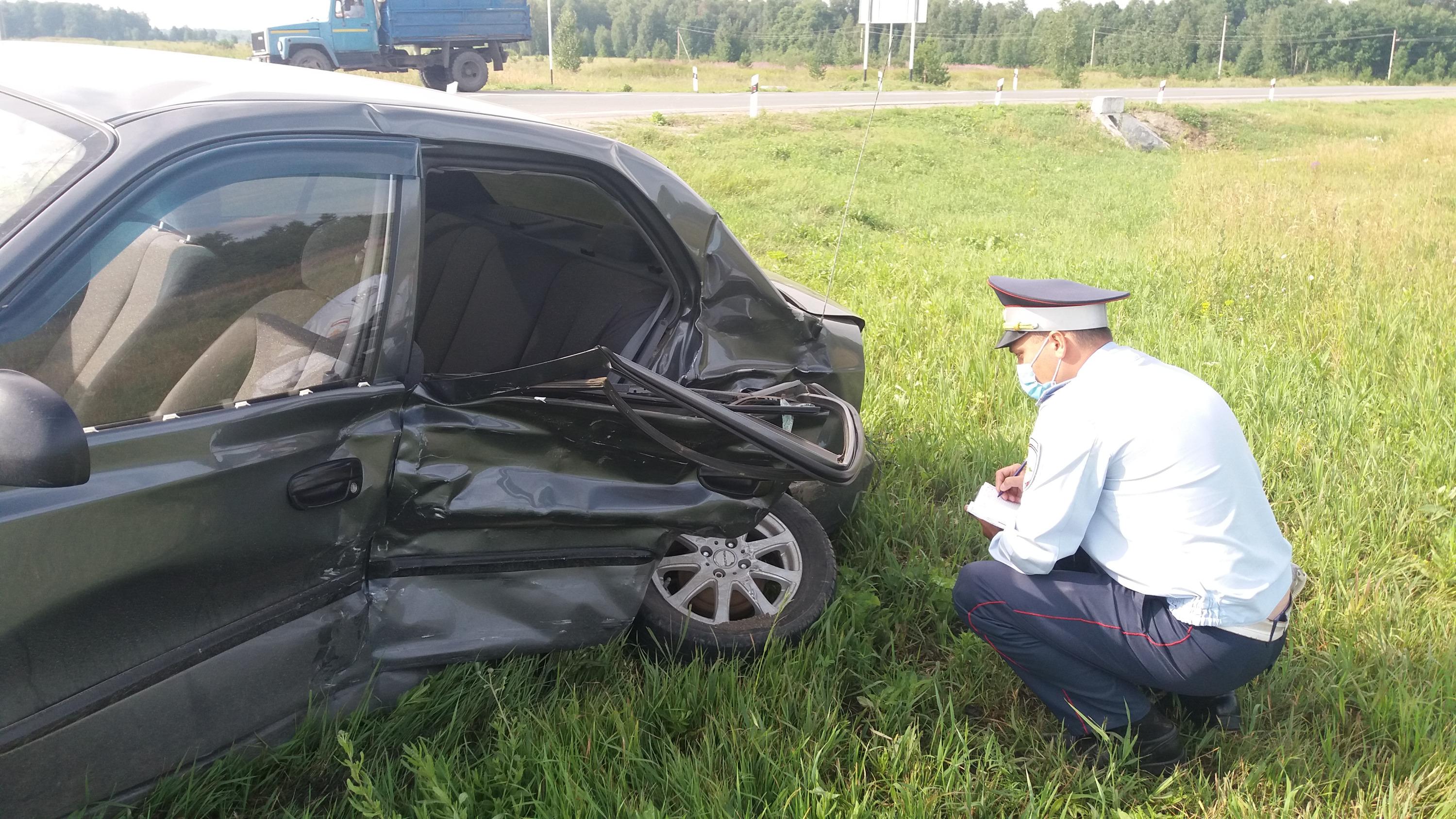 Удар пришелся в левую пассажирскую дверьHyundai Accent