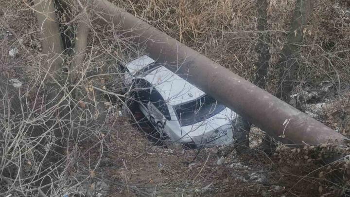 Такси с пассажиром в Волгограде рухнуло в овраг