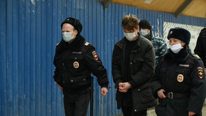 Подозреваемый в пожаре на Омской показал, как поджигал барак: репортаж со следственного эксперимента