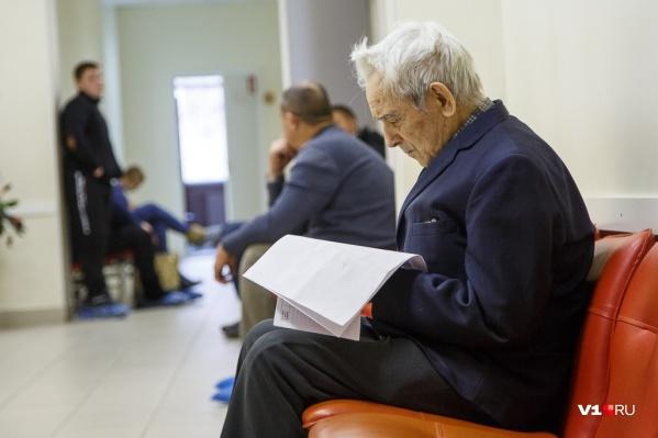Больничный работающим пенсионерам продлят автоматически
