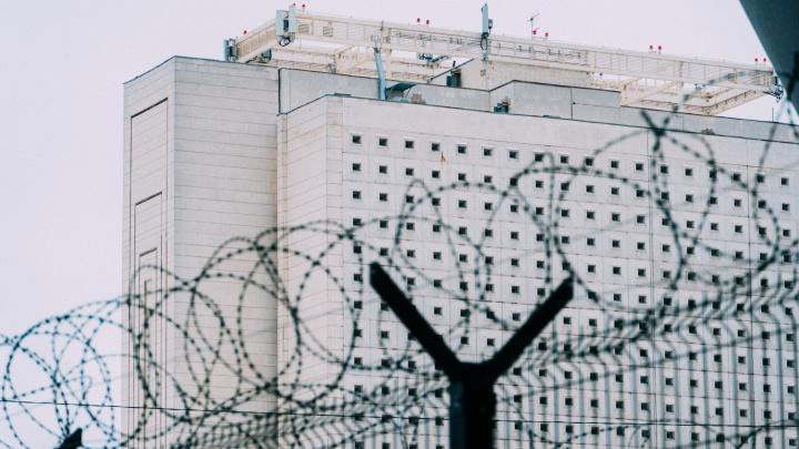 Библиотека строгого режима. Семь фотографий о том, как теперь выглядит метромост с «колючкой»