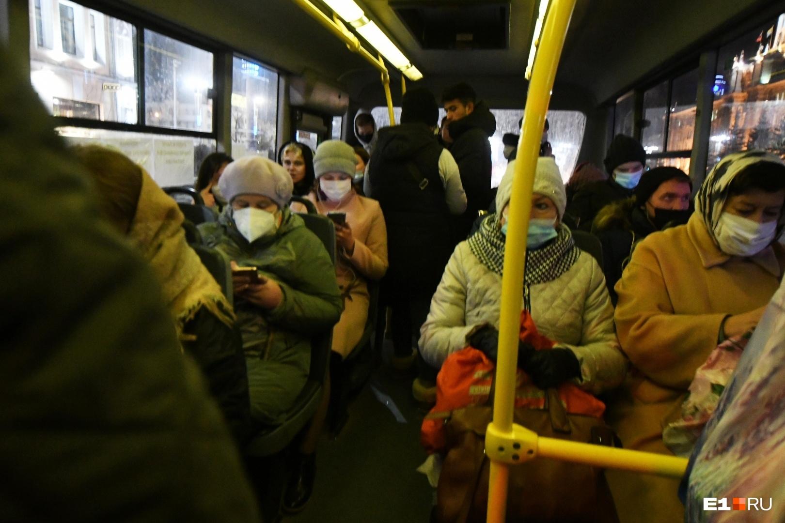 Почти все пассажиры носят маски в транспорте