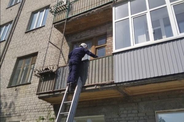 Спасателям пришлось лезть через балкон