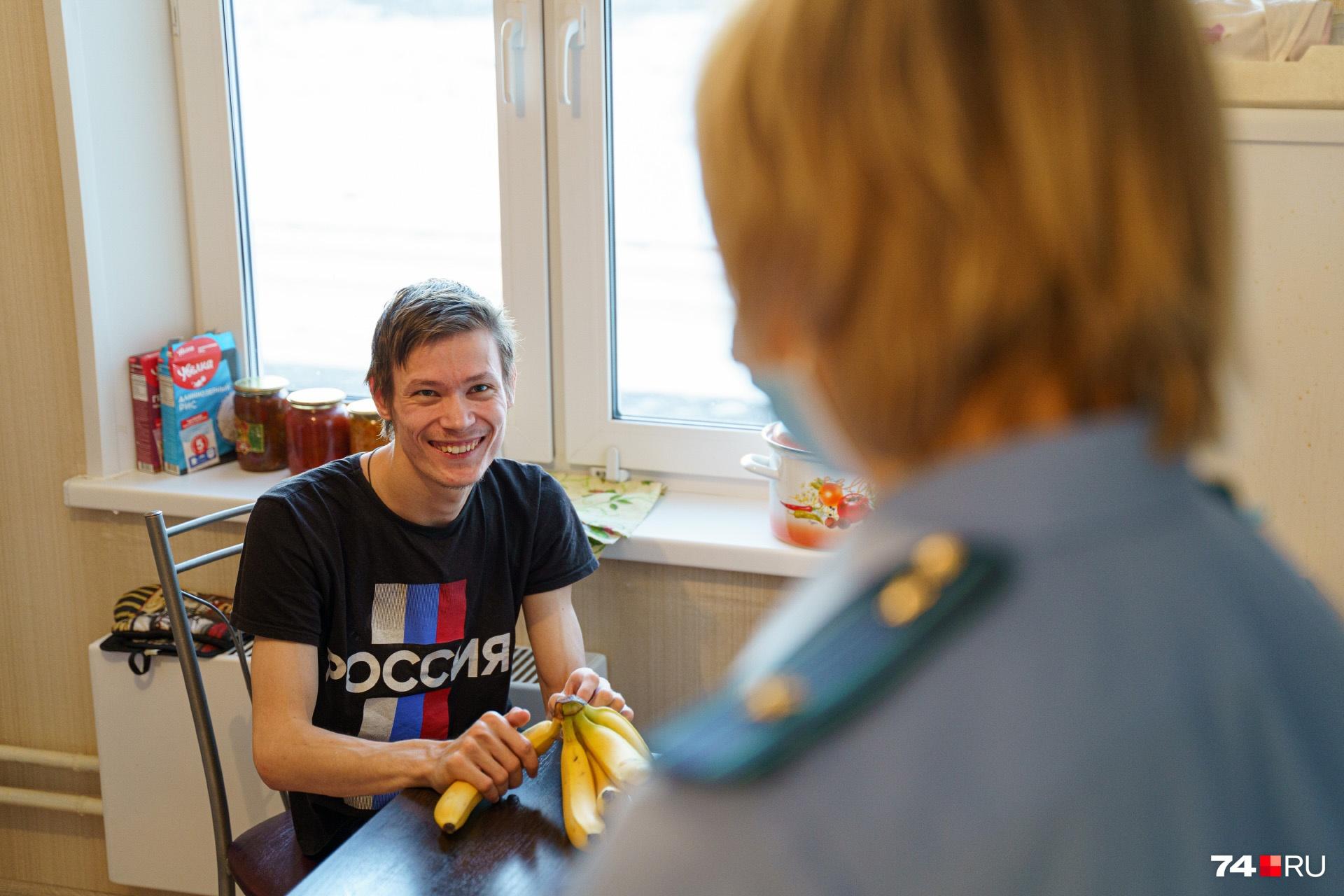 Вопреки всему Олег не перестает улыбаться