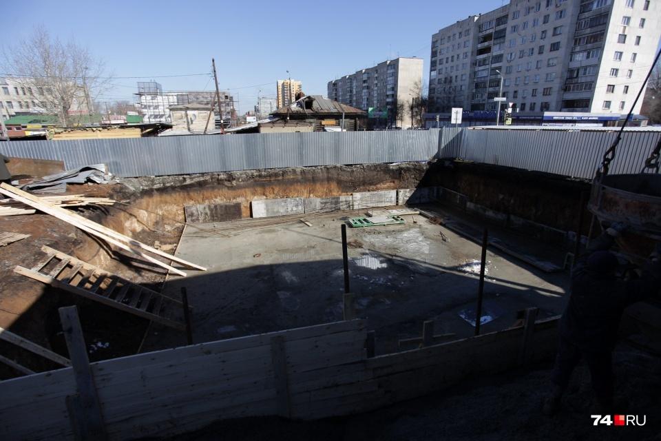 В историческом центре Челябинска вовсю кипит стройка