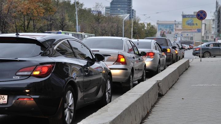 На перекрестке в центре Екатеринбурга изменили режим работы светофора, и 8 Марта встала в пробку
