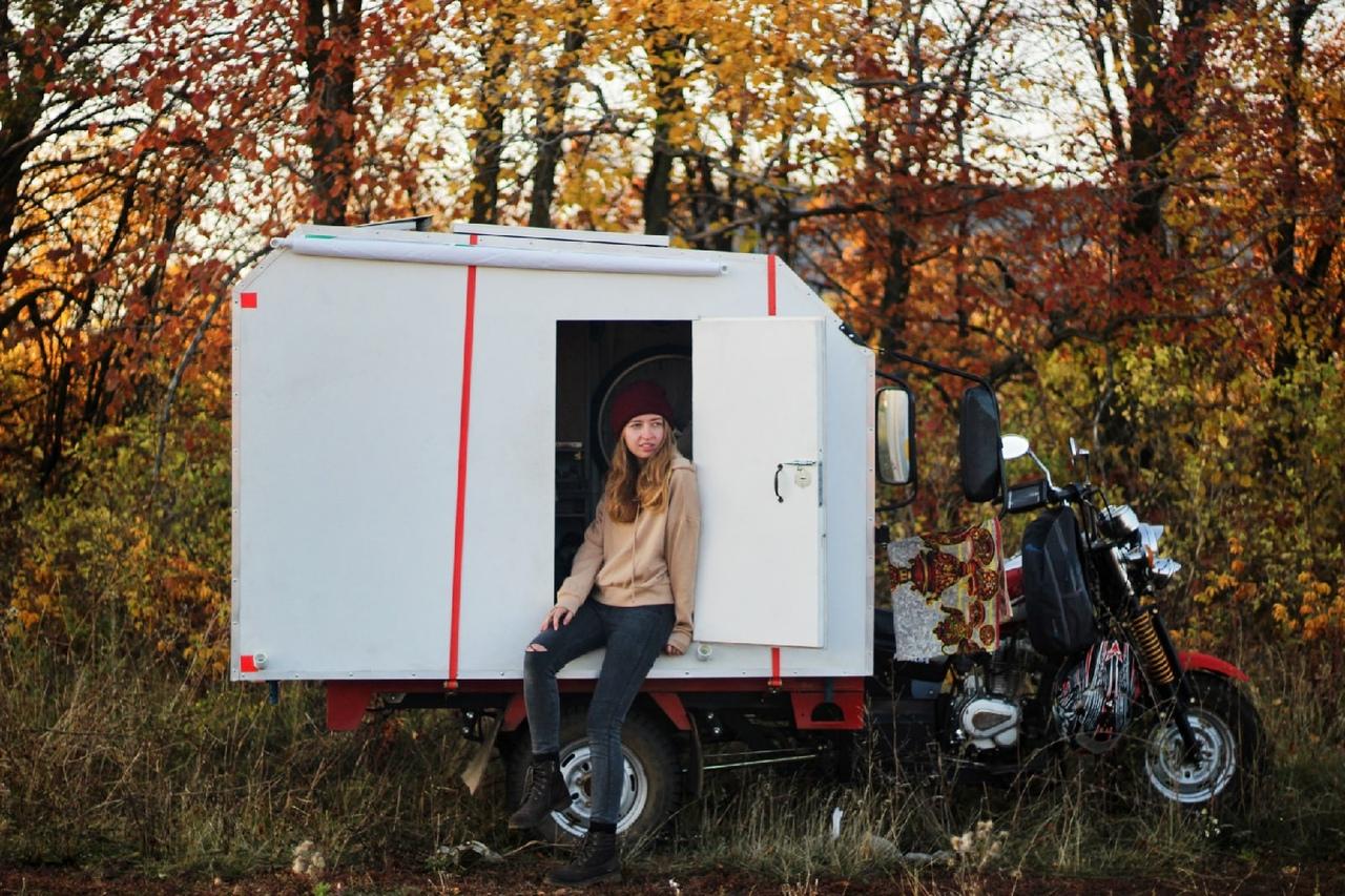 Дарья говорит, что их маленький дом — это «большая жизнь». Сейчас пара успела преодолеть свыше 2,5 тысяч километров пути