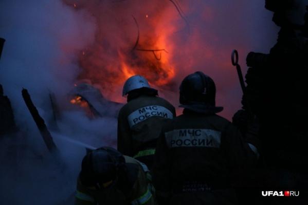 До того как огонь успел разгореться, женщину и ее детей разбудили соседи