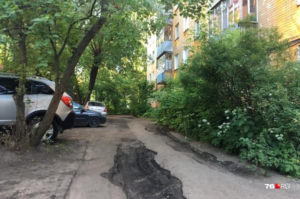 Один из дворов, который попал в список к ремонту, сейчас выглядит так