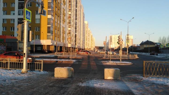 «Я паркуюсь как...»: в Екатеринбурге в борьбе с автохамами бесполезны даже бетонные блоки