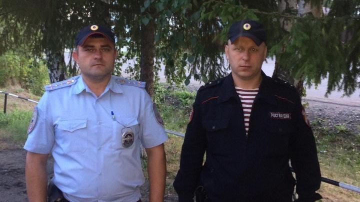 Оперативник угрозыска и росгвардеец спасли тонувшую омскую школьницу