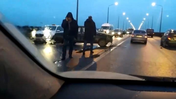Пробки почти на пике: центр встал из-за аварии на Октябрьском мосту