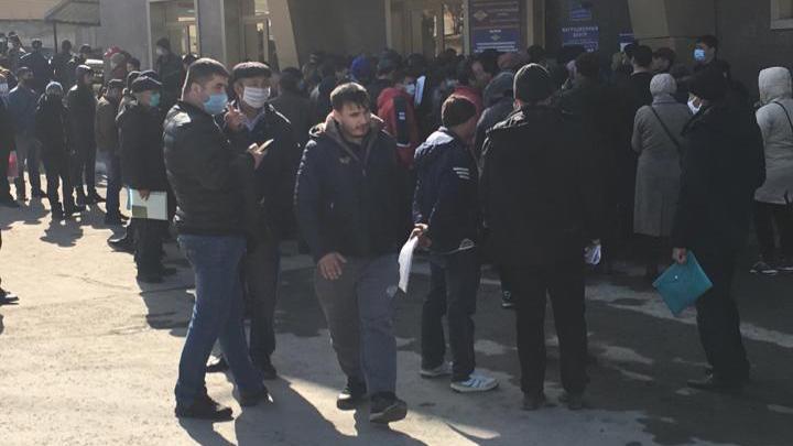 Возле миграционного центра на Есенина собралась толпа людей — причина «в карантинных мерах»