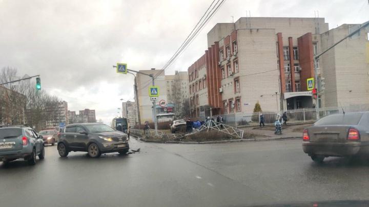 «Ребёнку по ногам проехали»: в Ярославле после ДТП машину вынесло на тротуар с пешеходами
