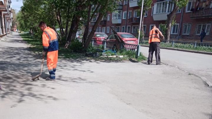 На Избирателей вышли дворники: как убирают улицы Уралмаша после разноса от мэра