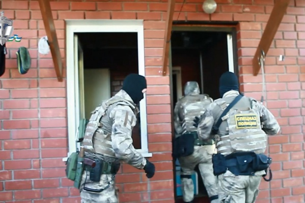 В квартирах главаря группировки нашли оружие