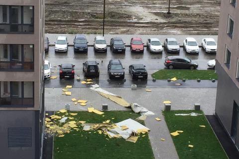 В Академическом из-за проливных дождей обрушился фасад 24-этажного дома