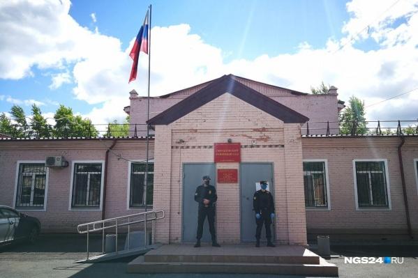 Вход в здание суда охраняется, никого внутрь не пропускают