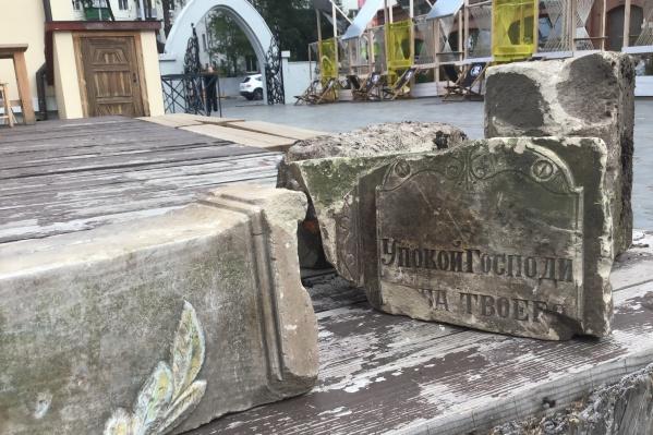 Почти 90 лет плиты служили бордюрным камнем на улице Фрунзе
