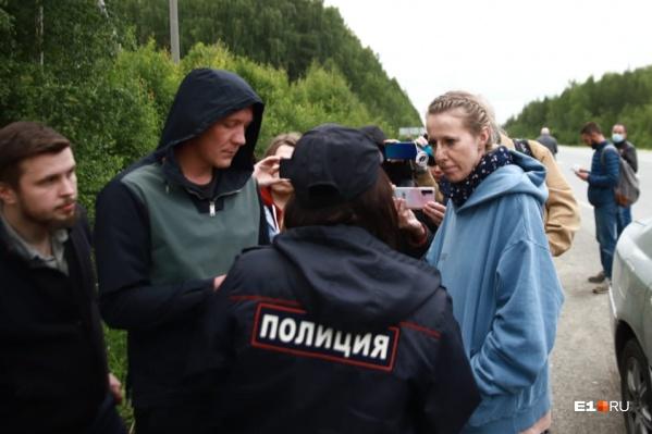 Ксения Собчак провела весь день у шлагбаума монастыря, хотя в шесть вечера должна была улететь в Москву
