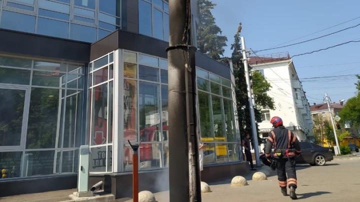 В МЧС рассказали о причинах пожара возле торгового центра в Уфе