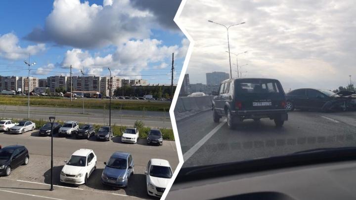 В Тюмени пьяный водитель врезался в грузовик и спровоцировал огромные пробки на объездной