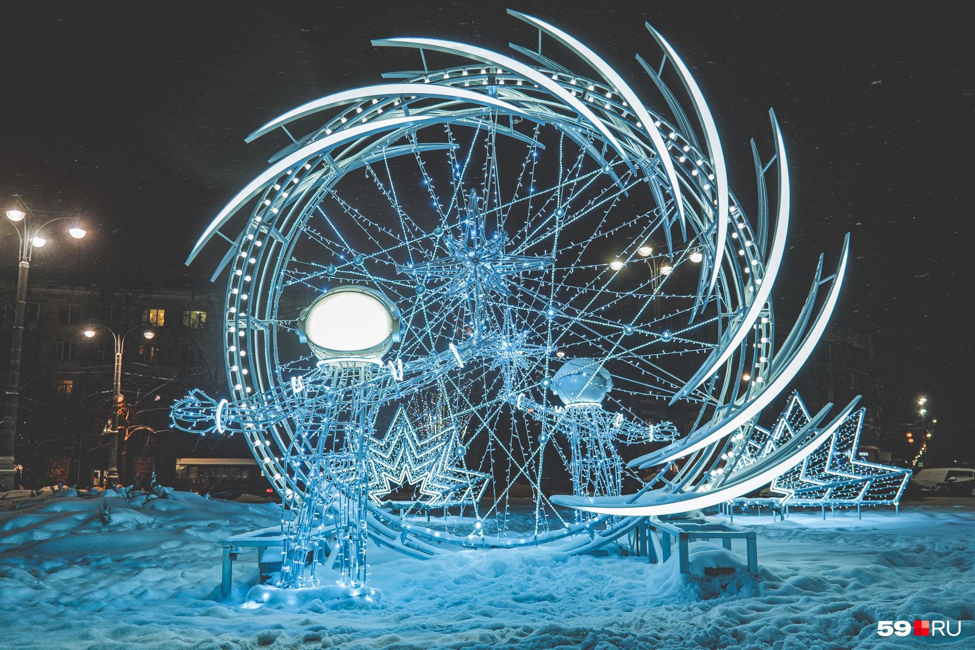 На Комсомольской площади «приземлились» космонавты: они словно выходят из портала