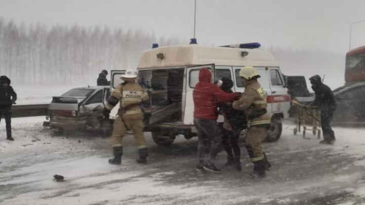 В Башкирии в массовое ДТП попало 9 автомобилей. Пострадали два человека