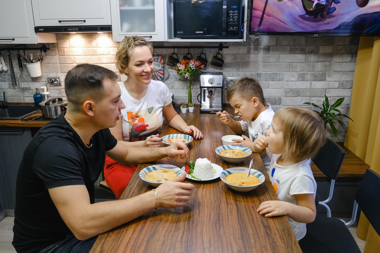 Сытая и довольная ужином семья