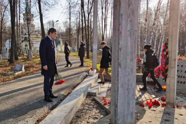 Дмитрий Махонин у памятника