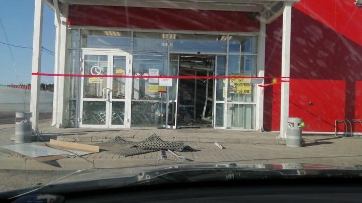 На Урале грабители за 20 секунд украли единственный в селе банкомат из магазина: видео