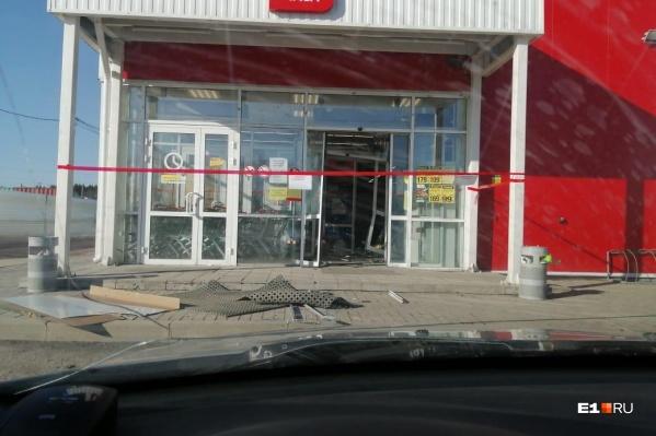 Грабители проломили банкоматом входную дверь