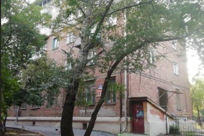 В Новосибирске с балкона третьего этажа выпала женщина